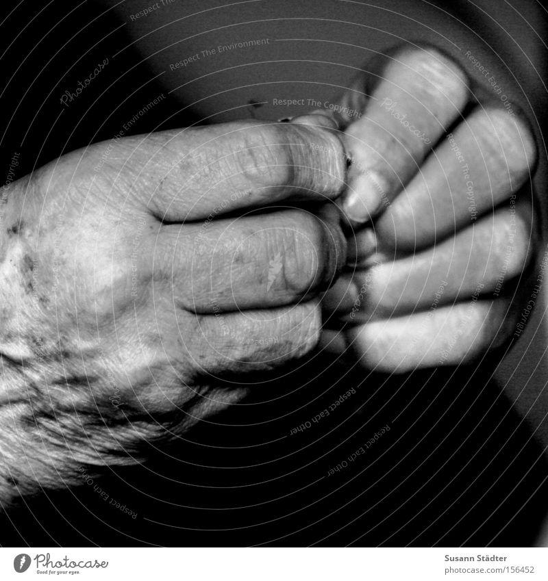Zeichen der Zeit alt Hand Einsamkeit ruhig Wärme Senior grau frei Finger Falte Hautfalten Großmutter Geborgenheit Gebet Gedanke Aufenthalt