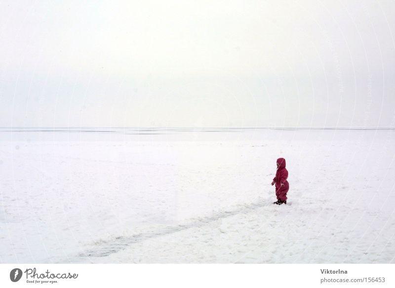 Eiswüste Kind Winter Einsamkeit kalt Schnee klein Angst Wüste Spuren Mensch verloren Farbfleck verirrt vermummt Plattensee
