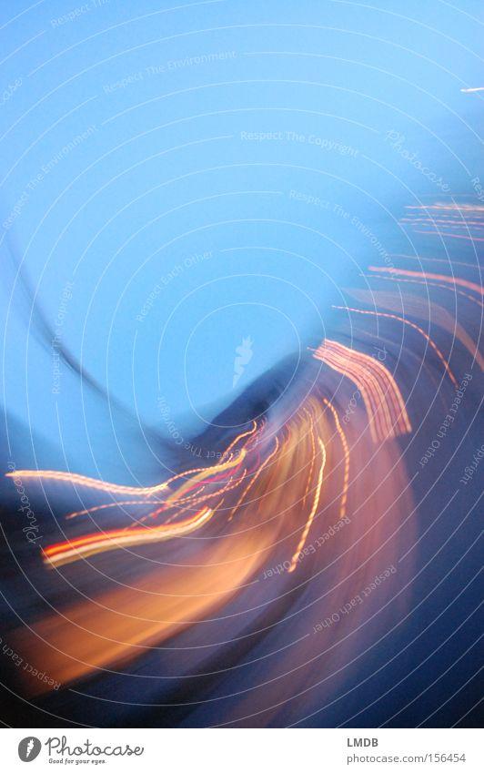 Life is motion Licht Geschwindigkeit Drehung blau Straße Dämmerung Nachtleben Schwung Langzeitbelichtung Bewegung gold Energiewirtschaft
