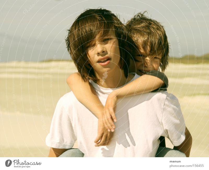 Brüder II Mensch Kind Jugendliche Freude Strand Liebe Ferne Junge Glück Familie & Verwandtschaft Freundschaft Zusammensein Wind Hilfsbereitschaft T-Shirt