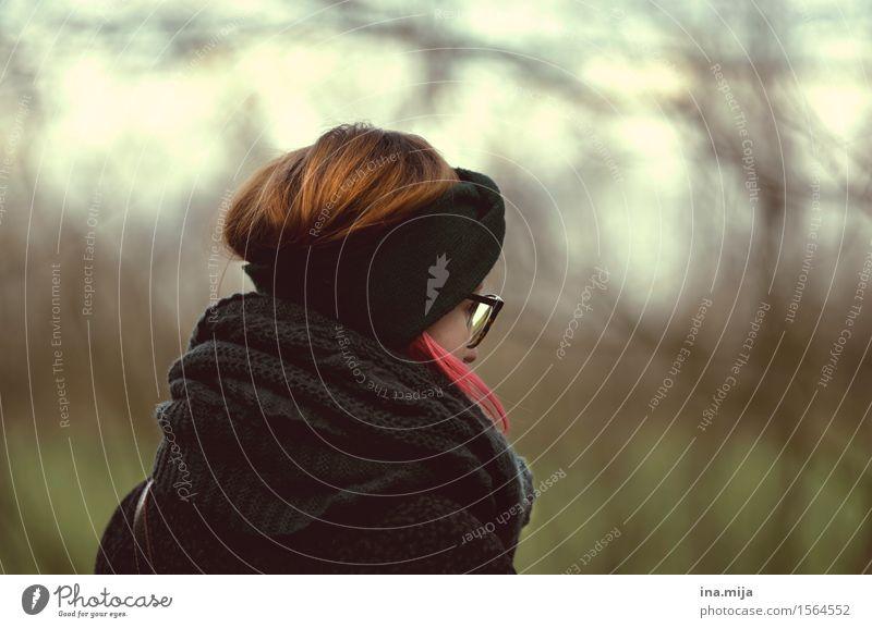 im Grünen Mensch Frau Natur Jugendliche grün Junge Frau Einsamkeit 18-30 Jahre Erwachsene Umwelt Leben Traurigkeit Gefühle Herbst Frühling Denken
