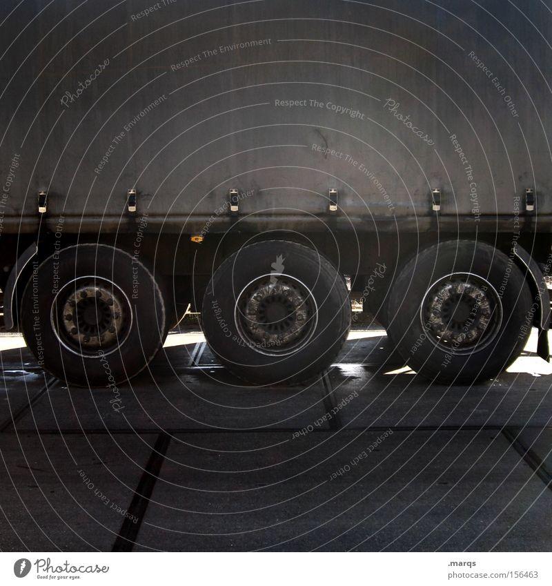 Auf Achse schwarz dunkel Straße Arbeit & Erwerbstätigkeit dreckig Verkehr Pause Industrie fahren Güterverkehr & Logistik Lastwagen Dienstleistungsgewerbe