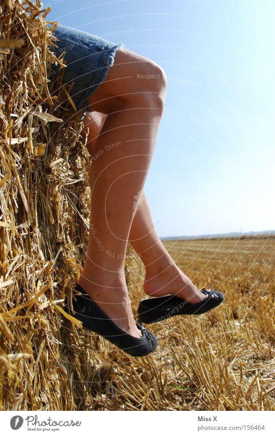 Sitting, waiting...wishing... Frau Himmel Sommer Erwachsene Erholung Beine Zufriedenheit Schuhe Freizeit & Hobby wandern Fröhlichkeit Pause Unendlichkeit