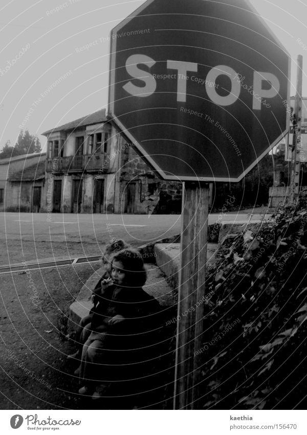 dont go to the girls! Kind Mädchen Haus Straße warten Schilder & Markierungen Verkehr sitzen stoppen beobachten gruselig Spanien Verkehrswege Ruine Kleinkind
