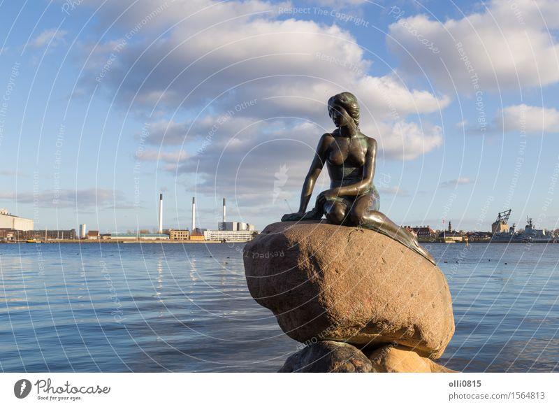 Frau Ferien & Urlaub & Reisen Jugendliche Stadt Junge Frau Erwachsene Kunst Tourismus Europa Hafen Denkmal Statue Skulptur Sightseeing Tourist Skandinavien