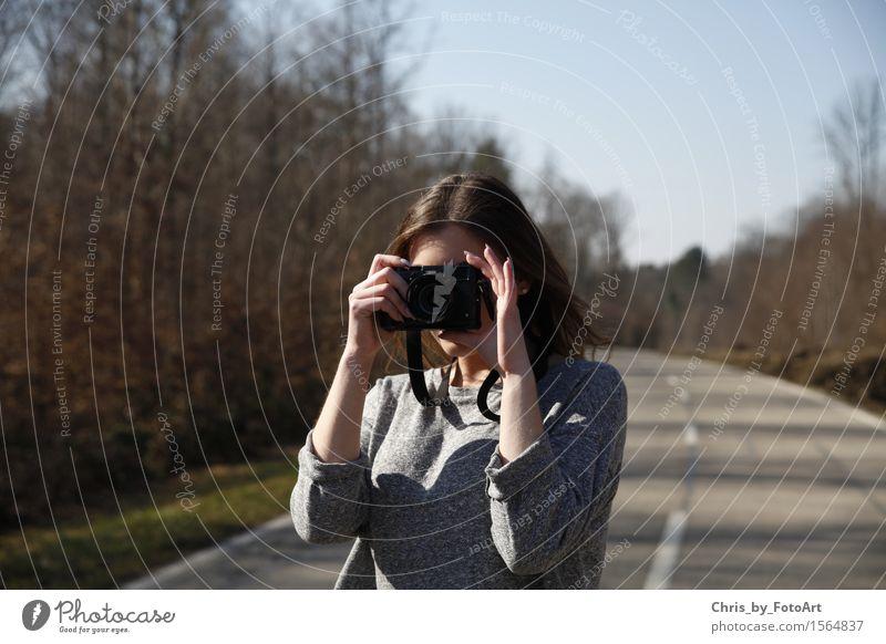 chris_by_fotoart Fotokamera Junge Frau Jugendliche Erwachsene 1 Mensch 18-30 Jahre Straße Pullover brünett langhaarig stehen feminin Fotografieren Kreativität