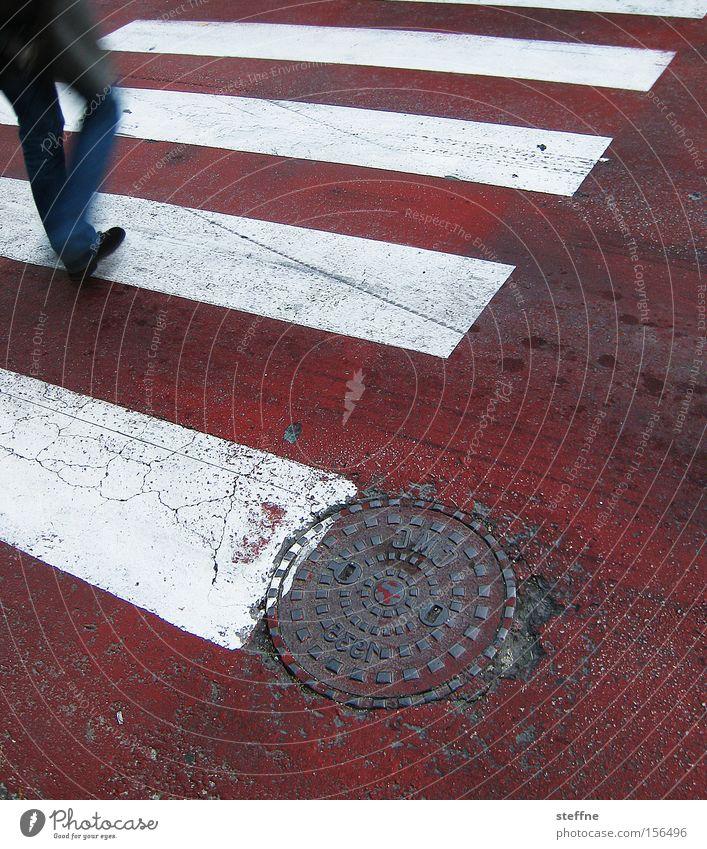 über und quer Fußgänger Fußgängerübergang Zebrastreifen gehen Bewegung rot weiß Verkehr Straße Überqueren Verkehrswege Mann