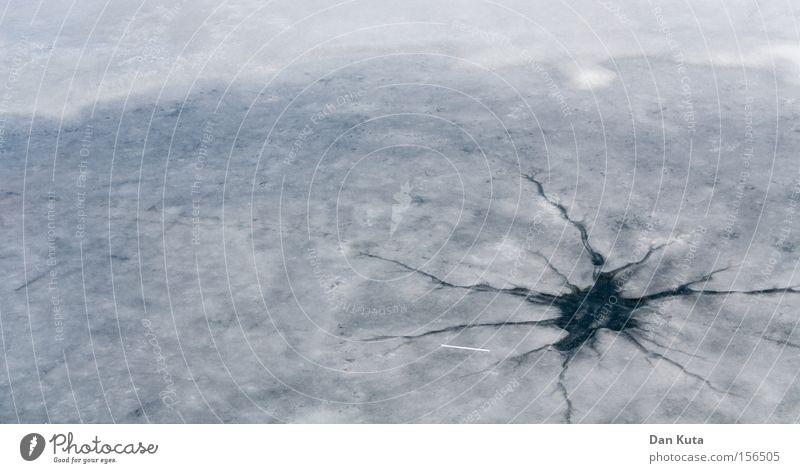 *Blubb...* (Das letzte Getränk) Winter kalt See Eis Feste & Feiern gehen Frost Fluss kaputt gefroren Loch Teich Riss brechen untergehen gerissen