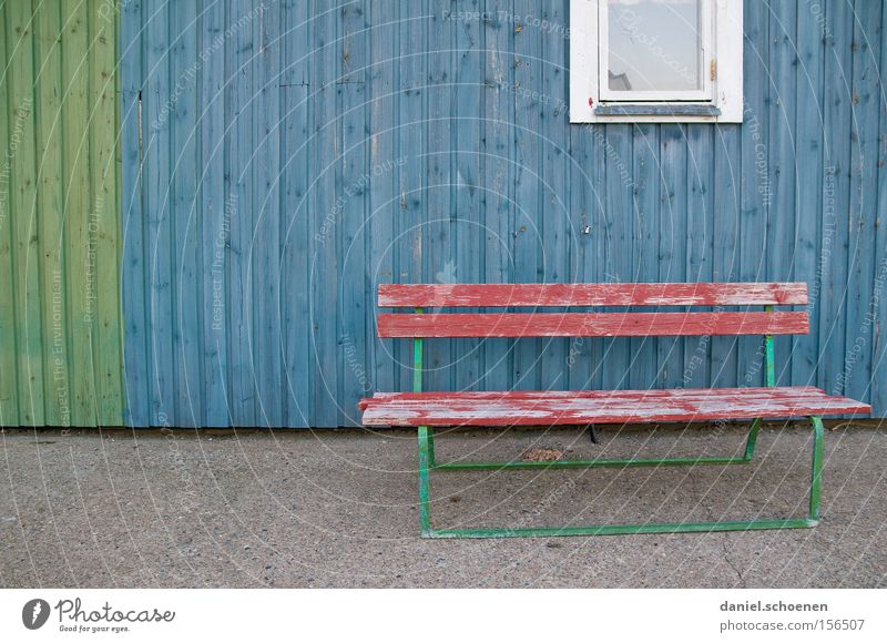 Windschatten blau rot ruhig Farbe Holz Fassade leer Trauer Bank Verzweiflung verwittert