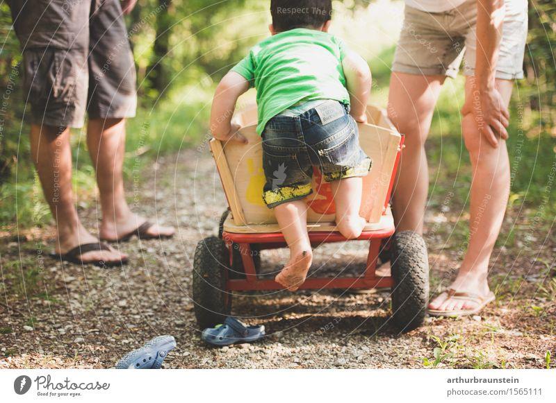 Junge klettert barfuß auf Leiterwagen in der Natur Freizeit & Hobby Spaziergang Ausflug Sommer Kindererziehung Mensch maskulin feminin Junge Frau Jugendliche
