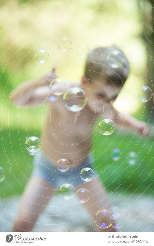 Junge hat Spaß mit Seifenblasen Mensch Kind Natur Sommer Freude Wald Umwelt Leben Wiese lustig Bewegung Gras Spielen maskulin Park