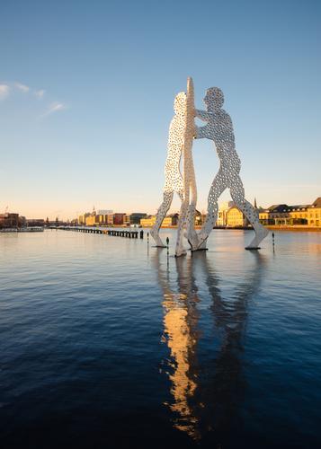 Wasserspiel Himmel Stadt außergewöhnlich Stimmung Zusammensein Kraft ästhetisch Kreativität Kultur Schönes Wetter Fluss Leidenschaft Sehenswürdigkeit Skulptur