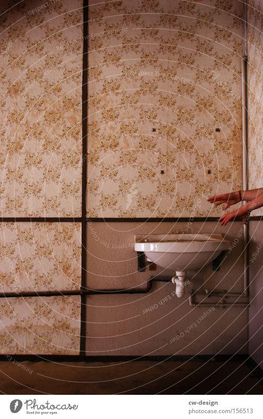 HANDWÄSCHE?! Hand weiß Finger Bad Toilette Tapete Waschen Wäsche Nostalgie Osten Abfluss Waschbecken Mensch Katzenkopf