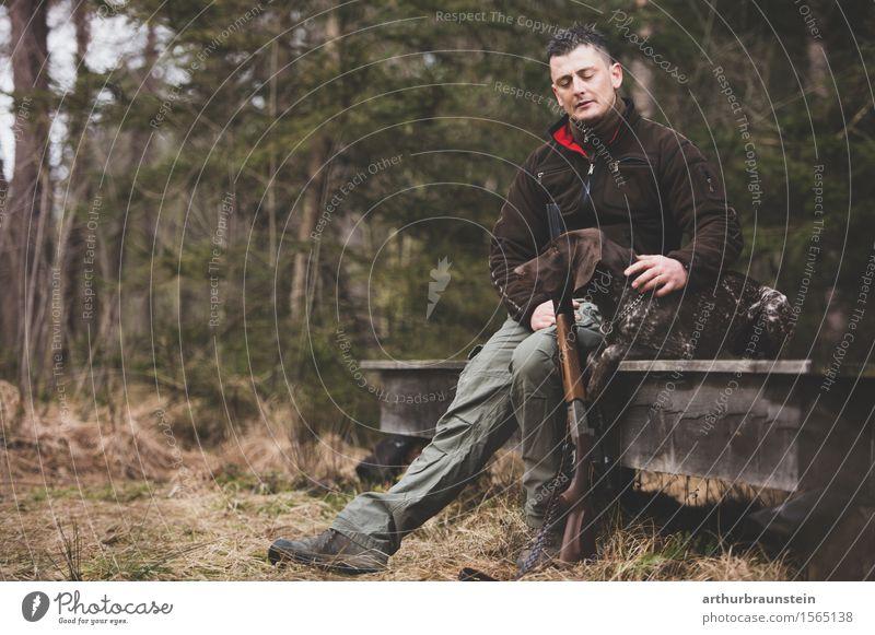 Jäger mit Hund im Wald Mensch Natur Jugendliche Baum Junger Mann Tier Erwachsene Umwelt Leben Freundschaft maskulin Park Freizeit & Hobby wandern