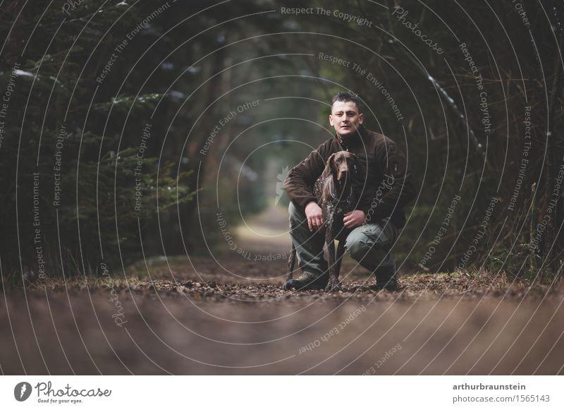 Mann mit Hund am Waldweg Freizeit & Hobby Jagd Ausflug Spaziergang Gassi gehen Mensch maskulin Junger Mann Jugendliche Freundschaft Leben 1 30-45 Jahre