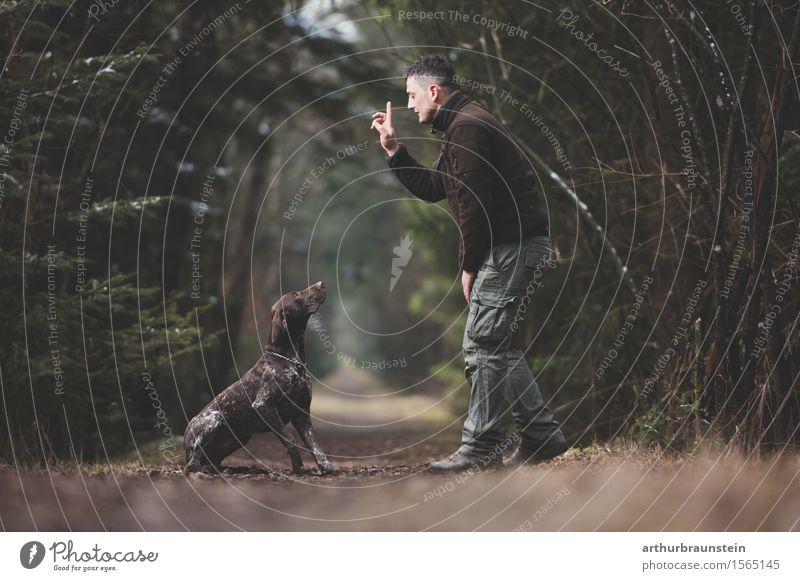 Mann mit Hund im Wald Freizeit & Hobby Jagd Ausflug Mensch maskulin Junger Mann Jugendliche Freundschaft Leben 1 30-45 Jahre Erwachsene Umwelt Natur Baum Park