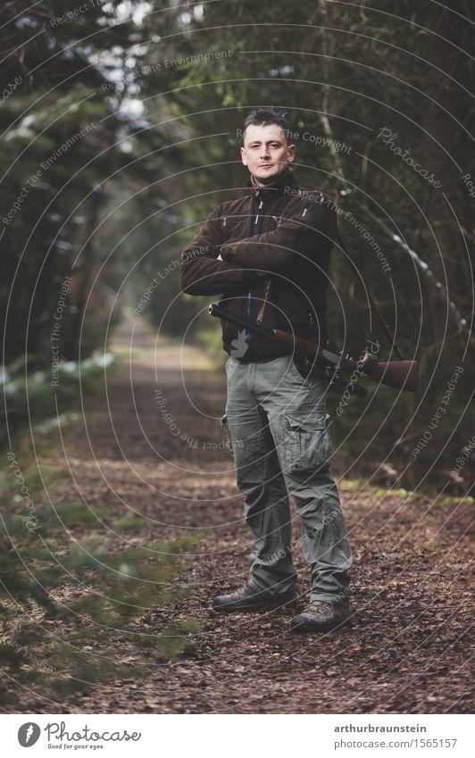 Junger Jäger mit Gewehr steht im Wald Freizeit & Hobby Jagd wandern Spazierweg Mensch maskulin Junger Mann Jugendliche Erwachsene Leben 1 30-45 Jahre Umwelt