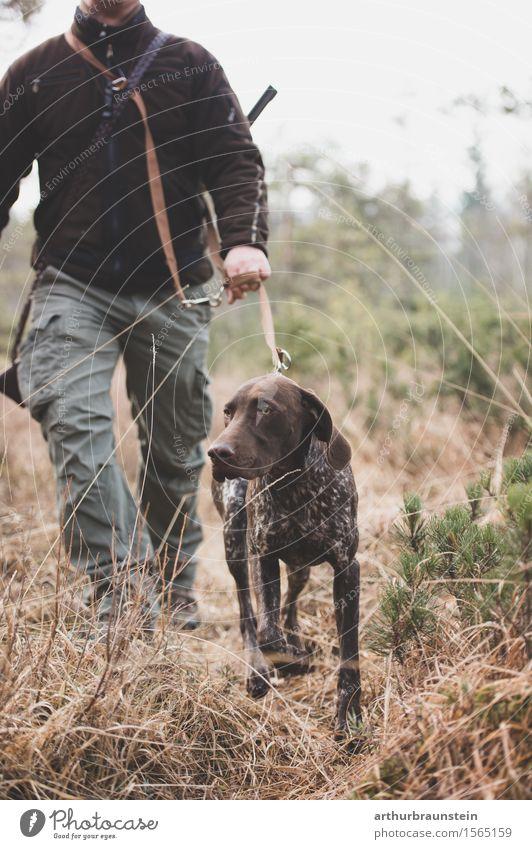 Jäger spaziert mit Hund im Wald Mensch Natur Pflanze Landschaft Tier Erwachsene Umwelt Leben Bewegung Gras gehen maskulin Park Feld