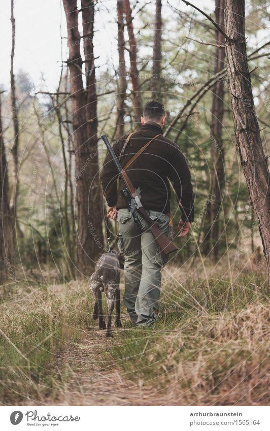 Jäger mit Hund im Wald Mensch Hund Natur Jugendliche Baum Junger Mann Tier Wald Erwachsene Umwelt Leben Gras gehen Freundschaft maskulin Freizeit & Hobby