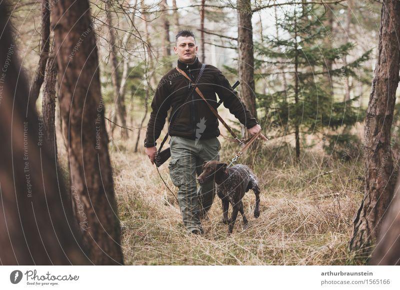 Junger Mann auf der Jagd mit Hund Mensch Natur Jugendliche Baum Landschaft Tier Wald Erwachsene Umwelt Leben Frühling Bewegung Gras Holz