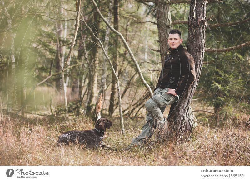 Junger Mann mit Hund im Wald Mensch Natur Jugendliche Baum Landschaft Tier Erwachsene Umwelt Leben maskulin Park Freizeit & Hobby wandern