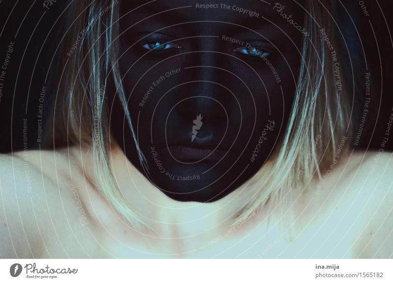 schwarzes Gesicht mit traurigen Augen Mensch feminin Junge Frau Jugendliche Erwachsene Leben 1 18-30 Jahre Haare & Frisuren blond Traurigkeit Sorge Trauer