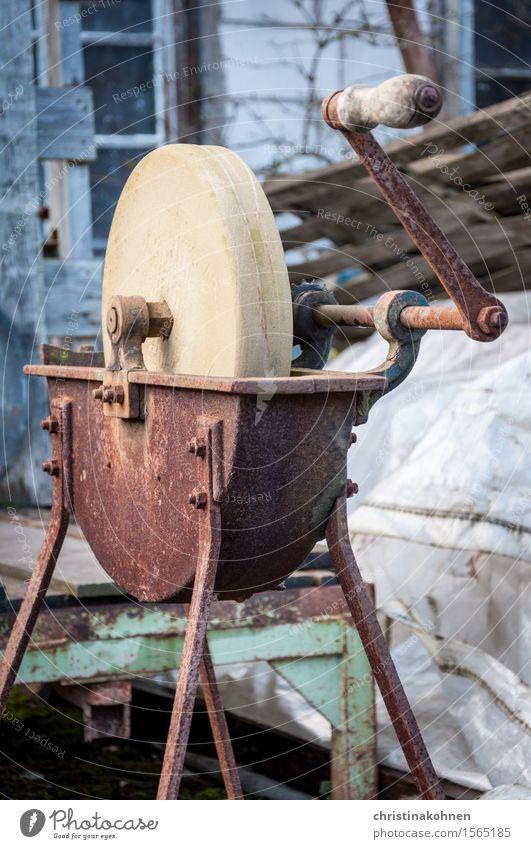 Ein alter, rostiger Schleifapparat heimwerken Handwerk Arbeitslosigkeit Ruhestand Schleifmaschine Schleifstein Werkzeug Maschine Kurbel Schrottplatz Stein