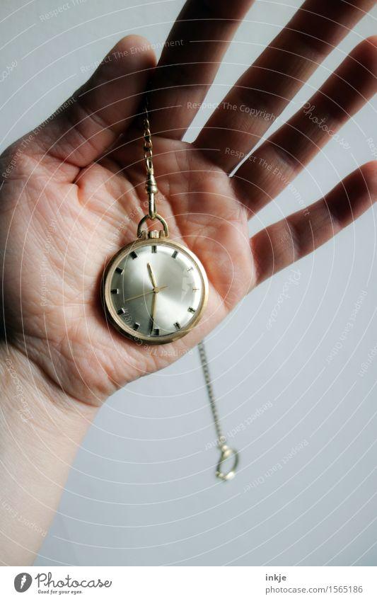 kurz nach halb Lifestyle Reichtum Uhr Hand Handfläche 1 Mensch Taschenuhr Sammlerstück Metall Gold alt einfach Nostalgie Zeit antik Erbe zeitumstellung