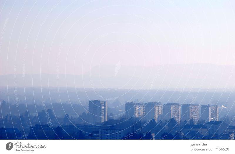 blue ensemble Wohnhochhaus Haus Wohnung Stadt Graz Horizont Nebel blau kalt Außenaufnahme Hügel Winter Europa Plattenbau