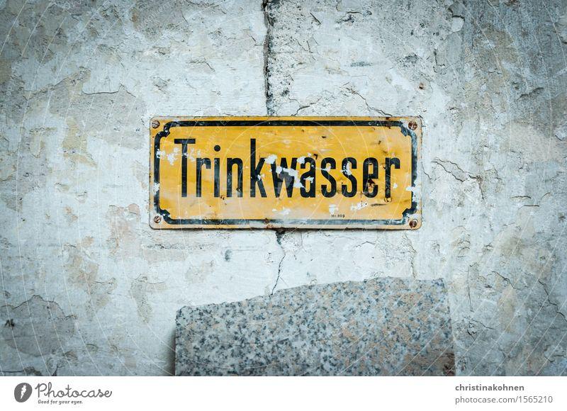 Trinkwasser Technik & Technologie Wasserversorgung Industrieanlage Fabrik Mauer Wand Metall Schriftzeichen Schilder & Markierungen Hinweisschild Warnschild alt