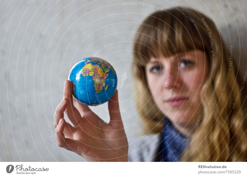rund   um die welt Mensch feminin Frau Erwachsene 1 18-30 Jahre Jugendliche Umwelt Beton Zeichen Globus Verantwortung achtsam Gerechtigkeit Fairness