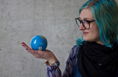 in deiner hand ... Mensch Jugendliche blau Junge Frau 18-30 Jahre Erwachsene Umwelt feminin Haare & Frisuren Erde Kreativität Beton Abenteuer Brille festhalten