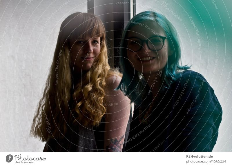 friednship Mensch feminin Junge Frau Jugendliche Freundschaft 2 18-30 Jahre Erwachsene Haare & Frisuren blond langhaarig Locken Lächeln außergewöhnlich