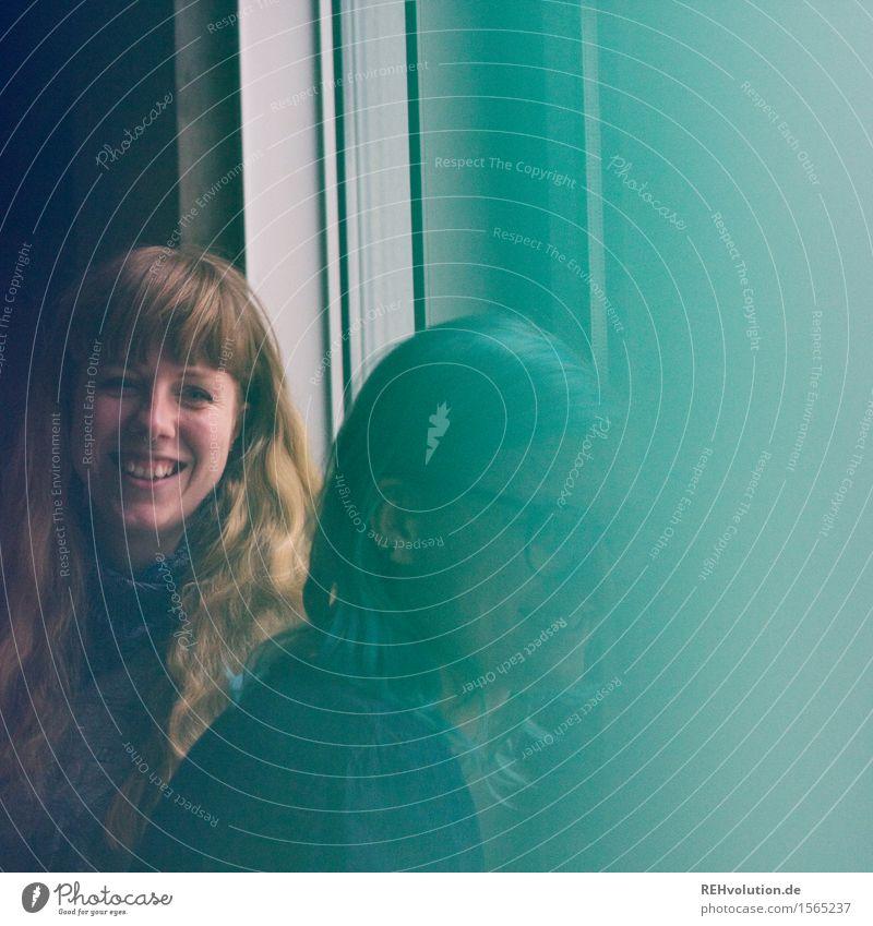 wo denn? Mensch Jugendliche grün Junge Frau Freude 18-30 Jahre Erwachsene feminin lachen Glück Freiheit Haare & Frisuren Zusammensein Freundschaft Zufriedenheit