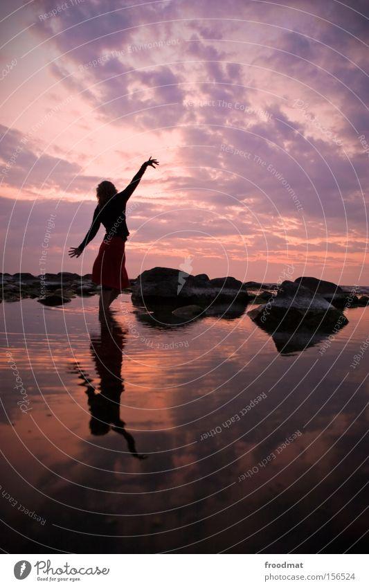 wenn der abend graut Frau Himmel Wasser Sonne Meer Sommer Strand träumen Romantik Kitsch Ostsee Sonnenuntergang Silhouette Abendsonne