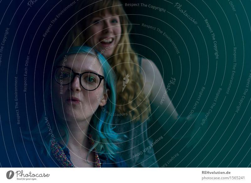 """""""Na das ist doch lustig oder?"""" Mensch feminin Junge Frau Jugendliche Freundschaft 2 18-30 Jahre Erwachsene langhaarig Locken Punk Bewegung Lächeln lachen"""