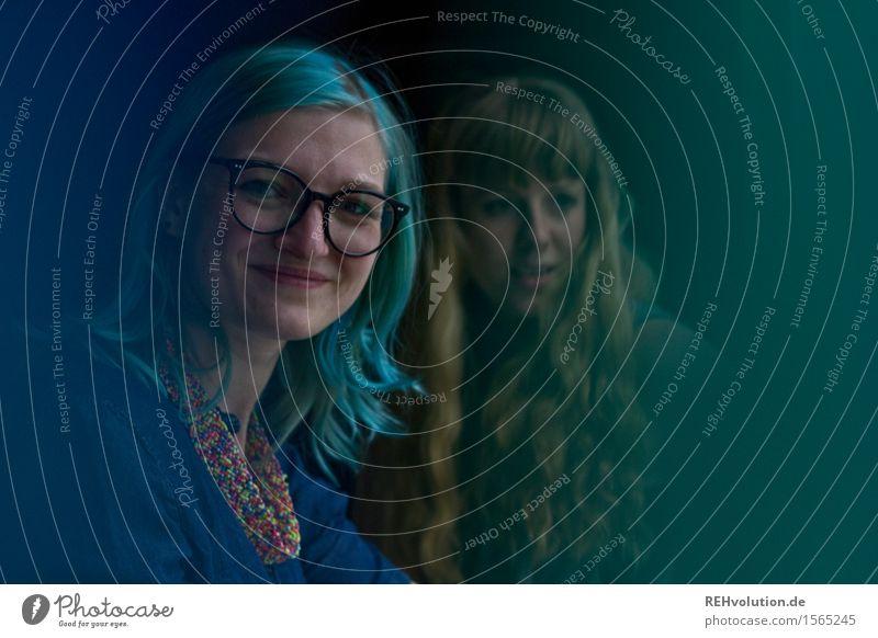 blaugrün Student feminin Junge Frau Jugendliche Freundschaft Erwachsene 2 Mensch 18-30 Jahre Haare & Frisuren langhaarig Lächeln Coolness Freundlichkeit