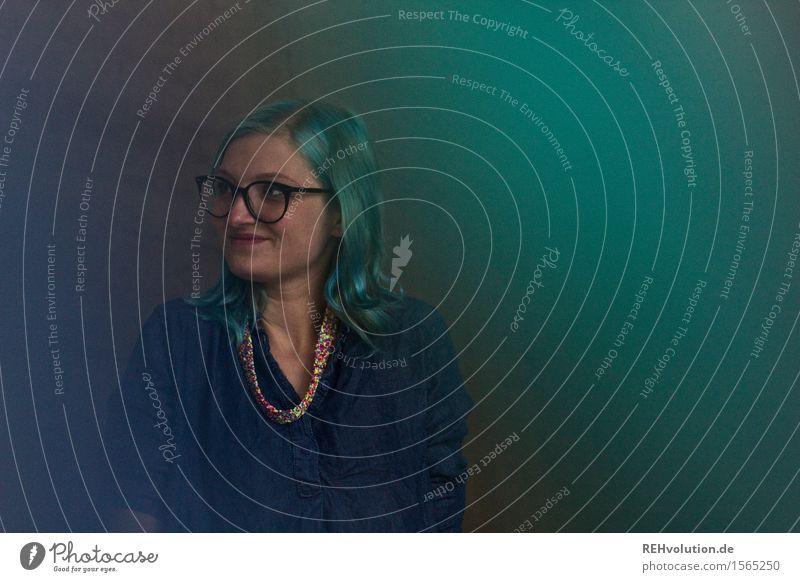 """""""Biodaten sind alle im grünen Bereich"""" Mensch feminin Junge Frau Jugendliche 1 18-30 Jahre Erwachsene Brille Haare & Frisuren langhaarig Lächeln stehen"""