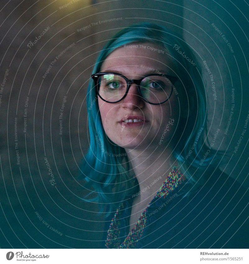 """""""Was geht, meine Nerdlinge?"""" Mensch Junge Frau Jugendliche 1 18-30 Jahre Erwachsene stehen blaue Haare Brille nerdig Beton Stadt Reflexion & Spiegelung"""