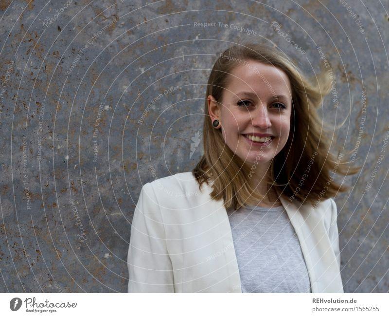 Portrait einer jungen Frau Student Mensch feminin Junge Frau Jugendliche Erwachsene Leben 1 18-30 Jahre Haare & Frisuren Lächeln Coolness Erfolg Freundlichkeit