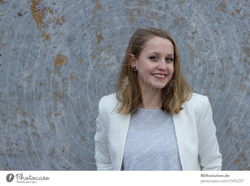 Junge Frau lächelt lernen Student Business Karriere Mensch feminin Jugendliche Erwachsene 1 18-30 Jahre Lächeln lachen stehen authentisch Freundlichkeit