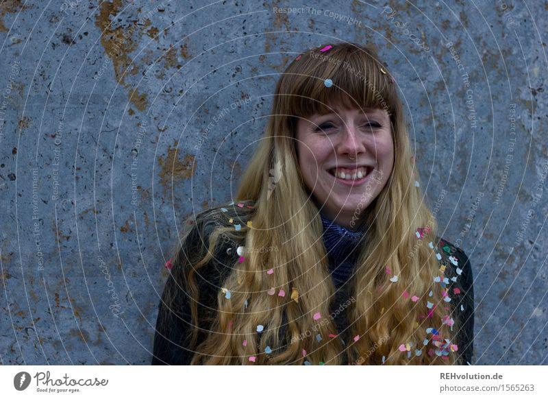 KOnFeTtI 4 Student Mensch feminin Junge Frau Jugendliche 1 18-30 Jahre Erwachsene Haare & Frisuren blond langhaarig Locken Pony Feste & Feiern Lächeln lachen