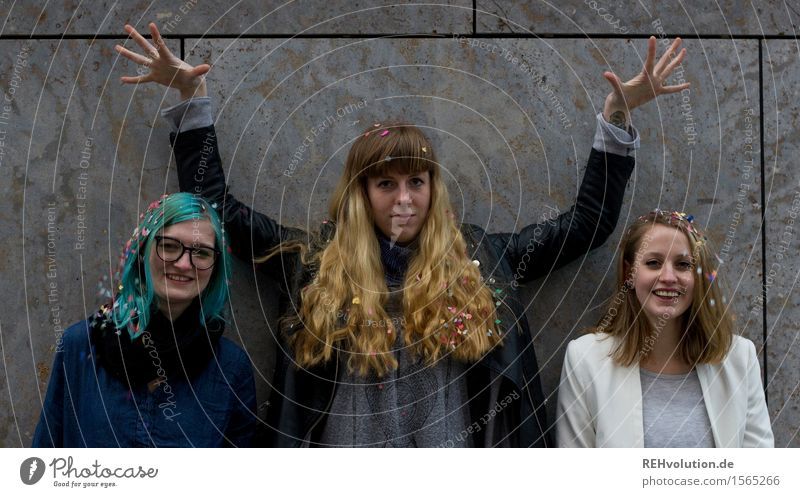 die 3 Mensch Jugendliche schön Junge Frau Freude 18-30 Jahre Erwachsene lustig feminin Glück außergewöhnlich Feste & Feiern Haare & Frisuren Party Zusammensein