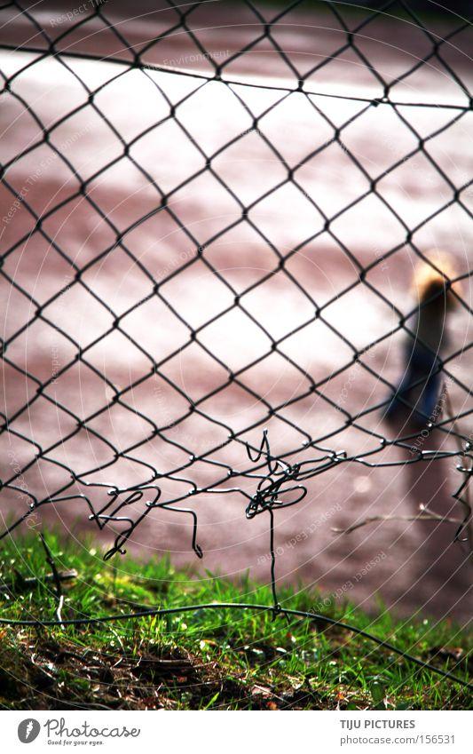 Ausbruch zu jeder Zeit Loch Zaun Maschendrahtzaun Flucht Einbruch Spielplatz Sportplatz Spielen Wiese Versteck entkommen eindringen Ballsport Verein