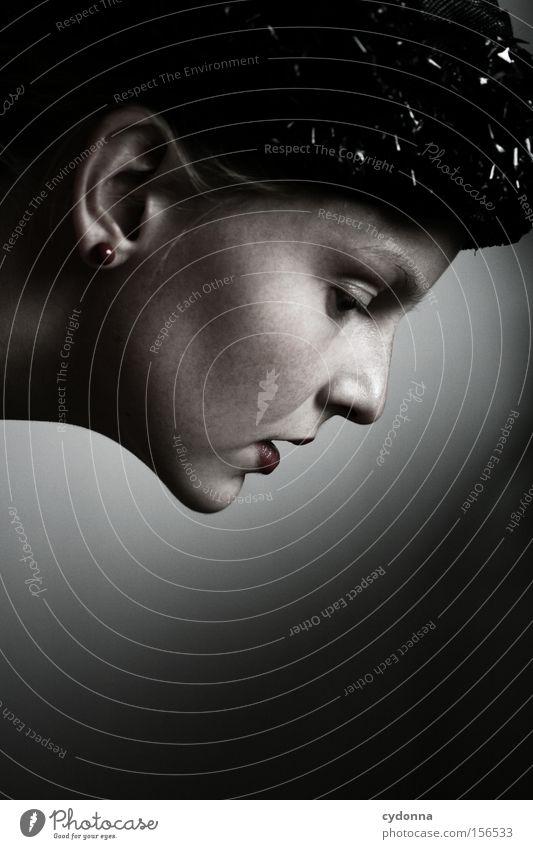 Von oben herab Frau Mensch schön feminin Gefühle Kopf ästhetisch retro Hut Hals strecken erhaben Kinn