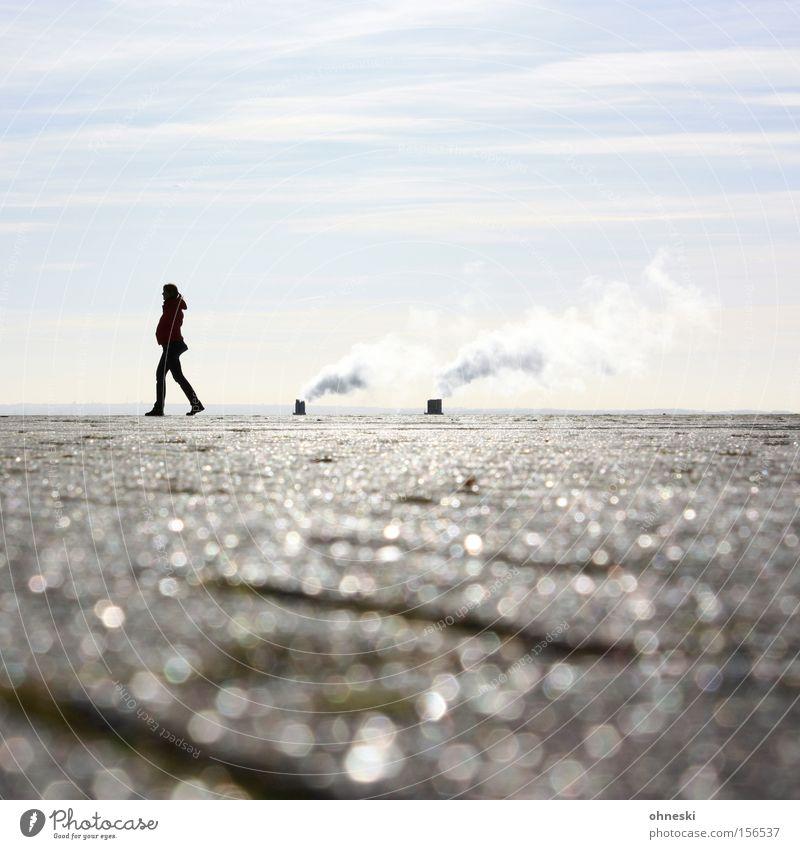 Walking on sunshine Horizont Himmel Rauch Abgas Industrie Ruhrgebiet Mensch Spaziergang Sonne Am Rand Einsamkeit Denken glänzend Frau Ferne