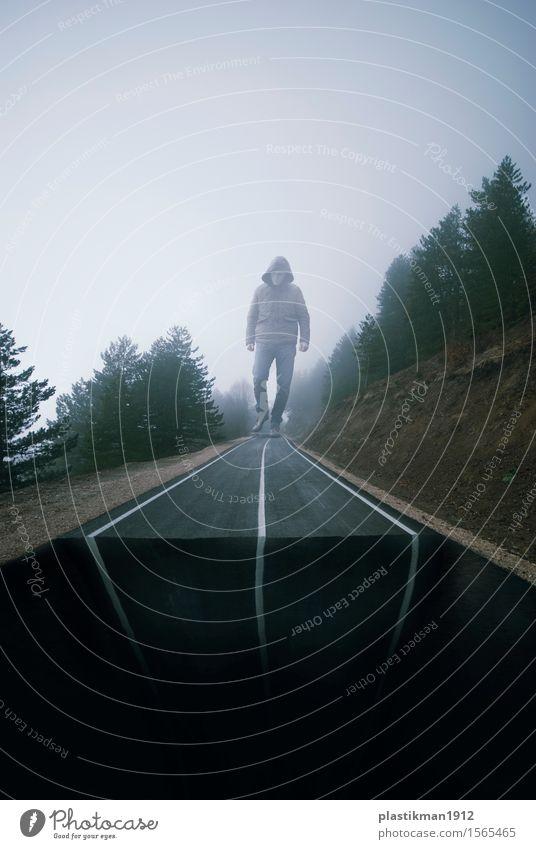 die Straße Mensch Mann Erwachsene 1 Natur Wolken Nebel Baum Wald Autobahn Hochstraße Jeanshose Jacke laufen Stadt Maske unwegsam Ende dunkel Am Rand Klippe