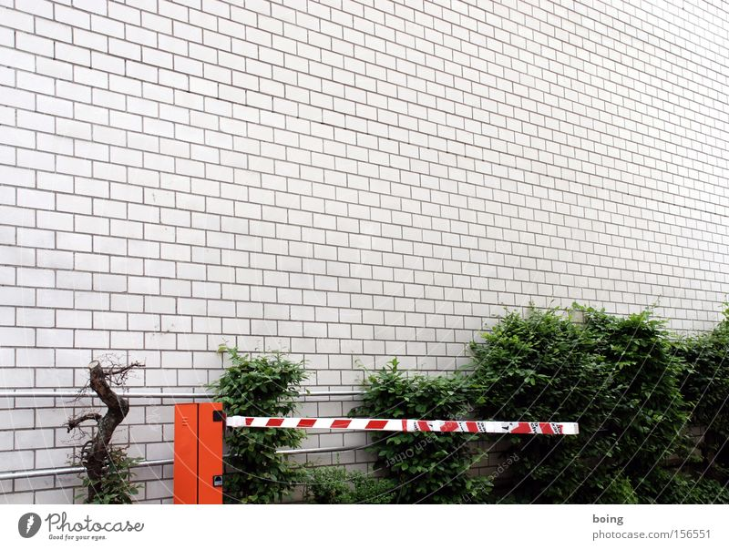 Parkgebühr-Prellerei Parkplatz Schranke Parkhaus Mauer Wand Hinterhof geschlossen Hecke parken Sicherheit Warnhinweis Warnschild
