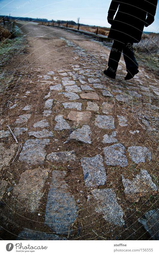 Wandersfrau Stein Wege & Pfade wandern laufen Spaziergang Freizeit & Hobby Fußweg ländlich pflastern