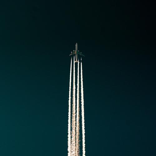 Airliner Flugzeug Düsenflugzeug Luftverkehr Ferien & Urlaub & Reisen fliegen platt Himmel Wolken Kondensstreifen Tragfläche aufsteigen Verkehr Personenverkehr